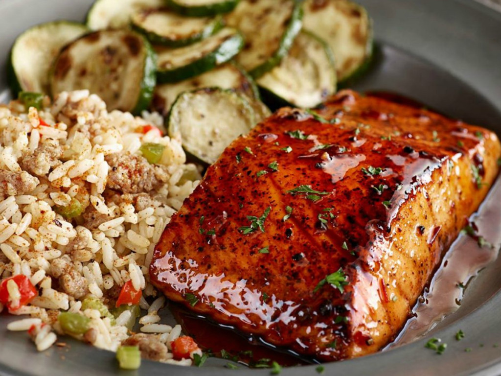 plate with Salmon, rice and zucchini